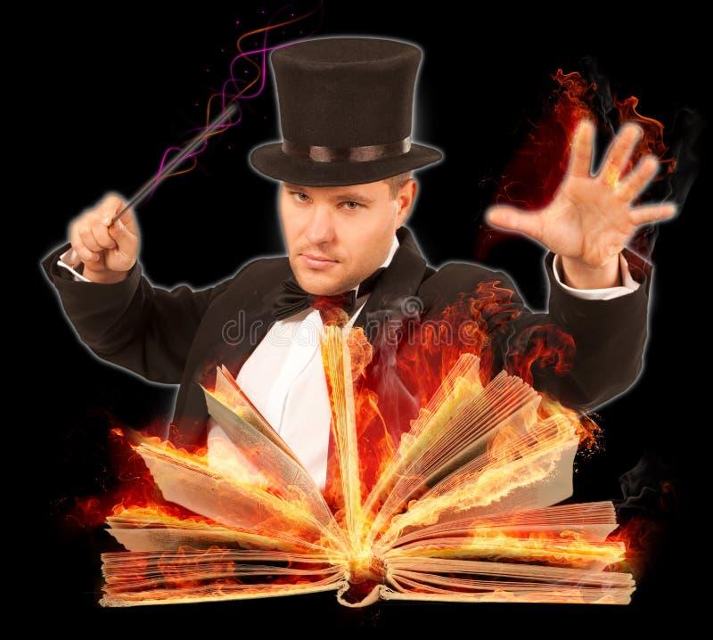 Magier mit geöffnetem brennendem Buch lizenzfreie stockfotografie