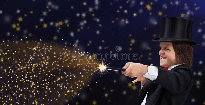 Magierjunge mit Hardhat zeigend auf Kopienraum mit magischem Stab stockbilder