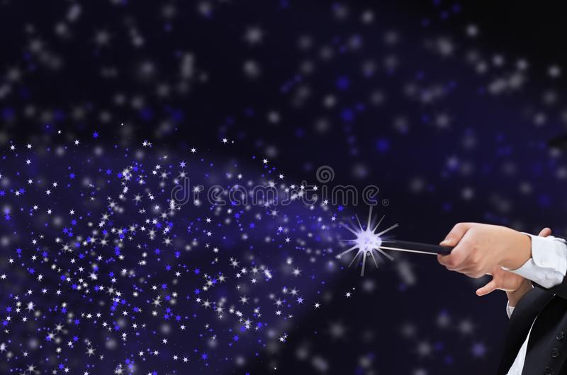 Magierjunge mit Hardhat zeigend auf Kopienraum mit magischem Stab stockfoto