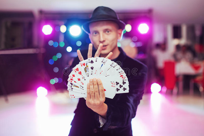 Magiervertretungstrick mit Spielkarten Magie, Zirkus stockfotos