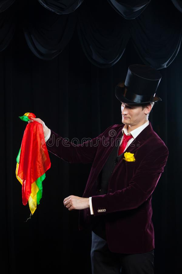 Magik, Juggler mężczyzna, Śmieszna osoba, Czarna magia, złudzenie ostrość z barwionym płótnem z płótnami fotografia stock