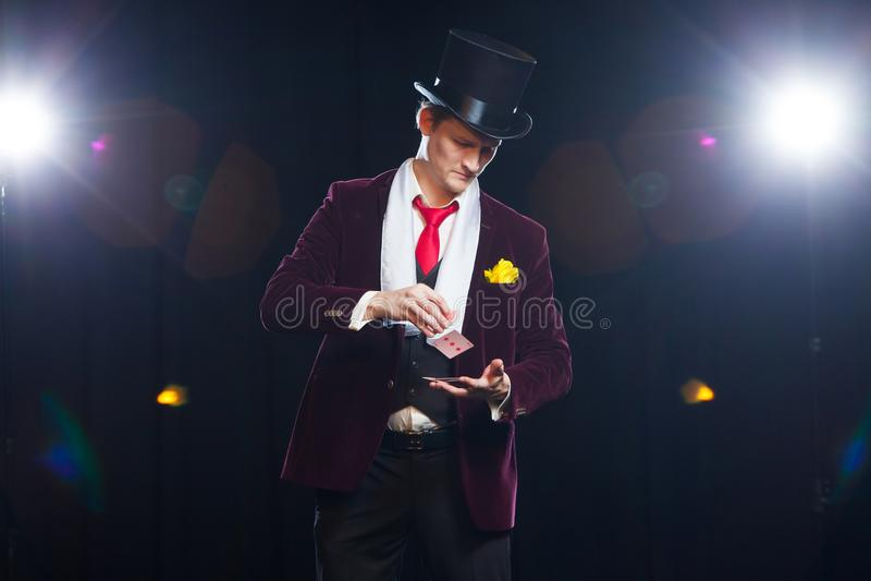 Magik, Juggler mężczyzna, Śmieszna osoba, Czarna magia, złudzenie mężczyzna seansu sztuczki z kartami zdjęcie stock