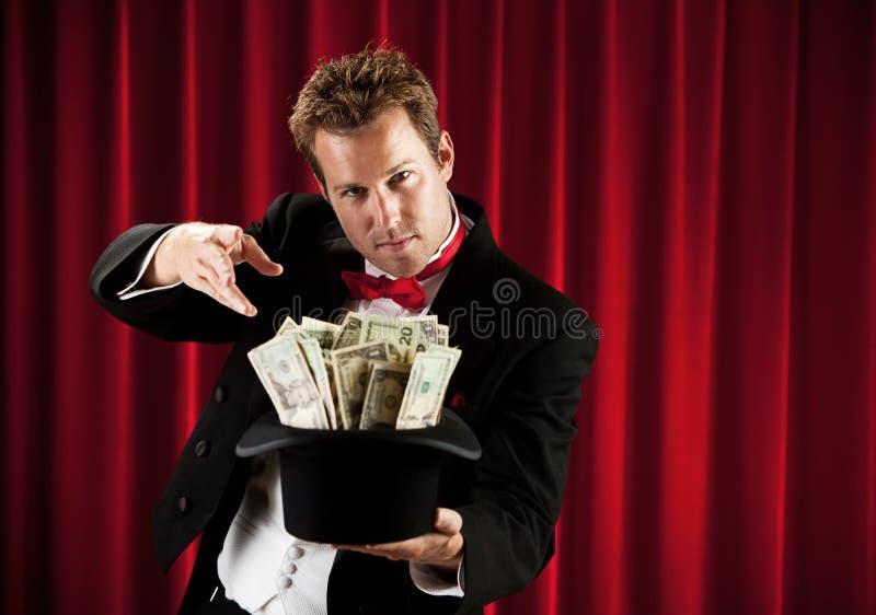 Magik: Mężczyzna Przygotowywający robić gotówce Znikać zdjęcia stock