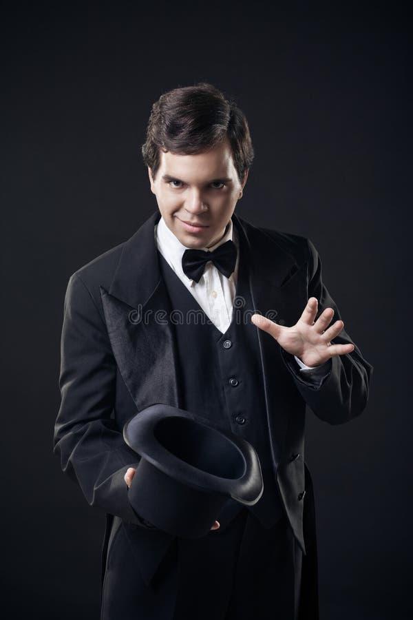 Magik pokazywać sztuczki z odgórnym kapeluszem odizolowywającym fotografia stock