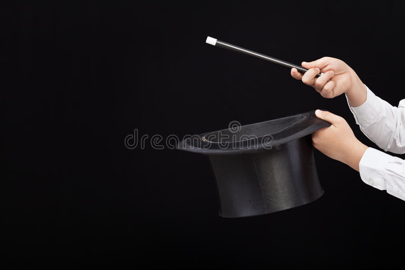 Magik ręki z magicznym kapeluszem i różdżką obraz stock