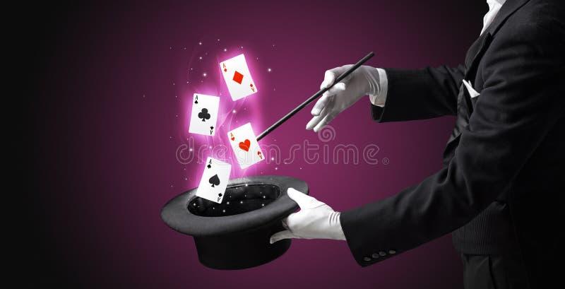 Magik robi sztuczce z r??d?k? i karta do gry obrazy royalty free