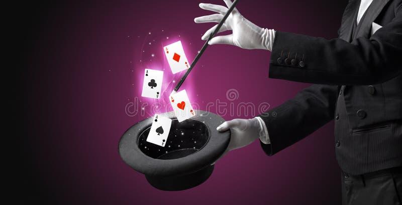 Magik robi sztuczce z r??d?k? i karta do gry zdjęcia royalty free