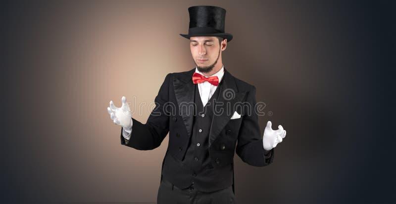 Magik trzyma coś niewidzialny fotografia stock