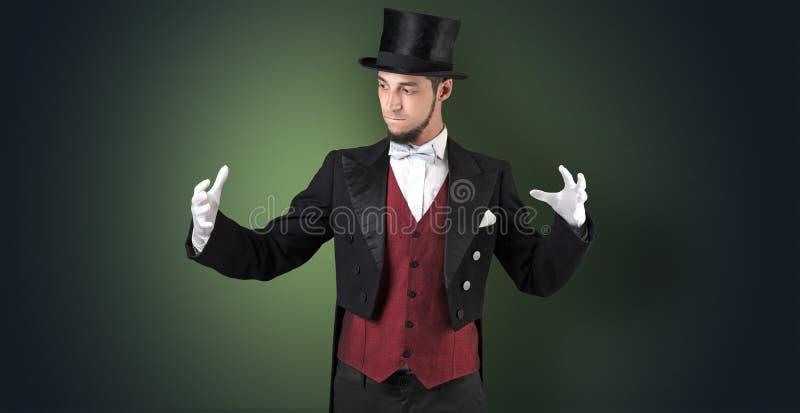 Magik trzyma coś niewidzialny fotografia royalty free