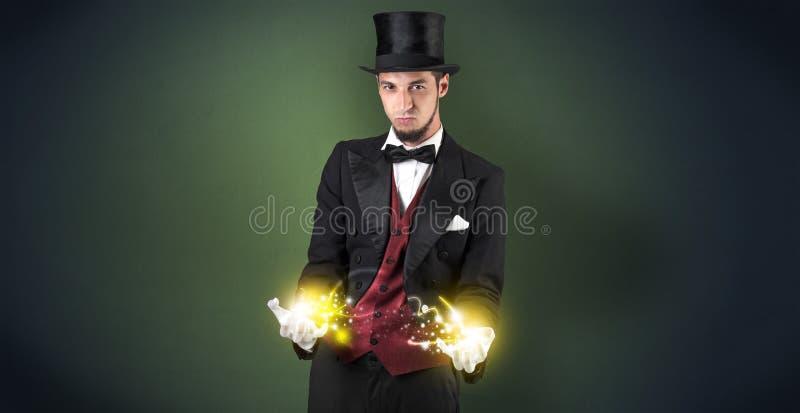 Magik trzyma jego władzę na jego ręce fotografia stock