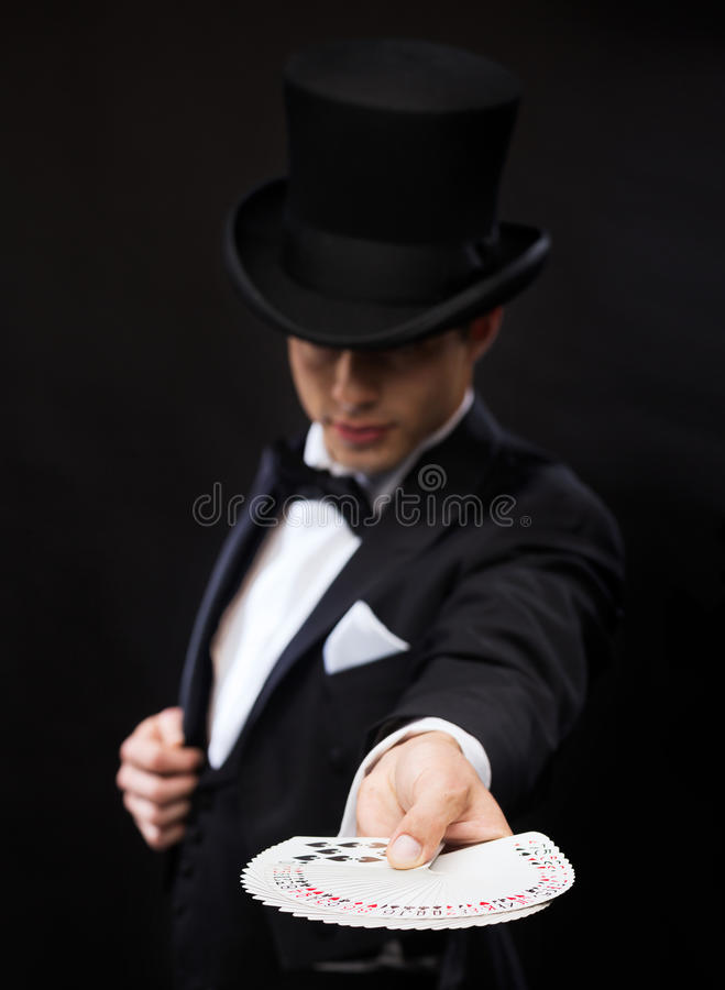 Magik w kapeluszowej seans sztuczce z karta do gry fotografia stock