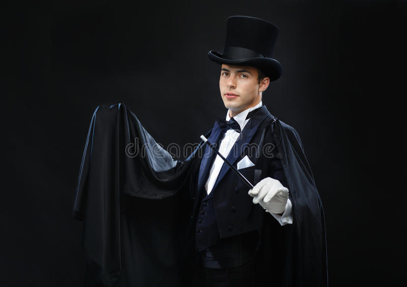 Magik w odgórnym kapeluszu z magiczną różdżka seansu sztuczką obraz stock
