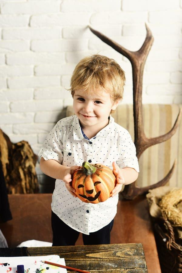 Magik z blondynem robi Halloweenowym dekoracjom obraz stock