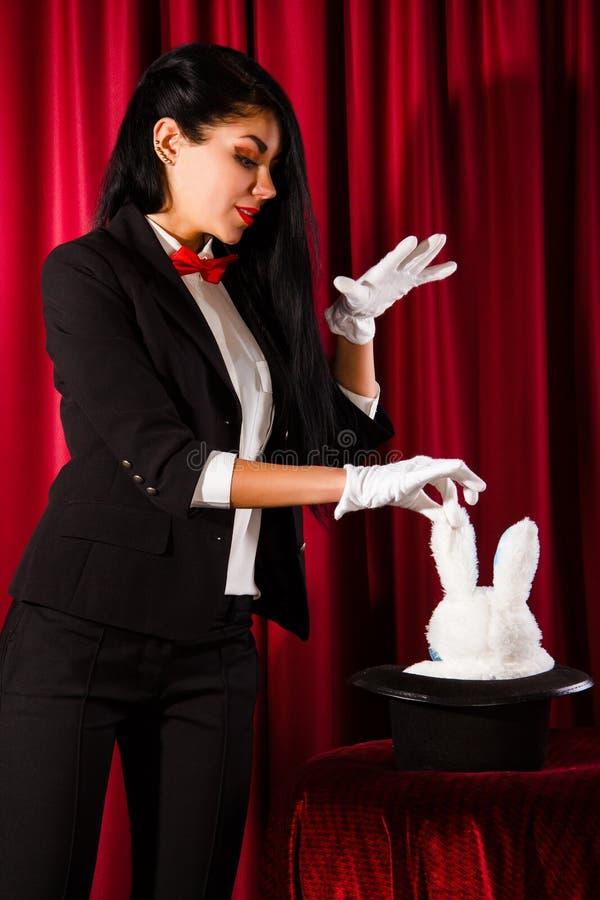 Magik z królikiem w kapeluszu obrazy royalty free