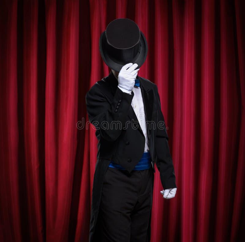 Magik z odgórnym kapeluszem na scenie obrazy royalty free