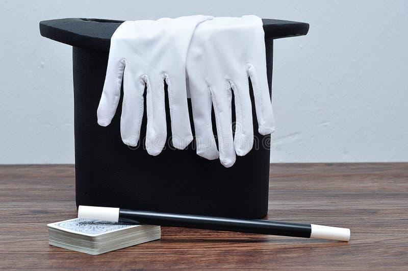 Magika kapelusz z parą rękawiczki, różdżka i karty, obraz royalty free