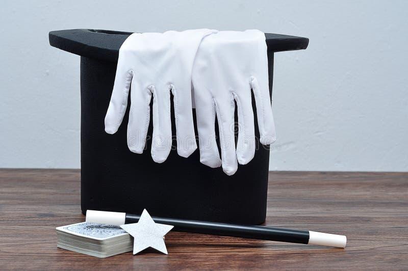 Magika kapelusz z parą rękawiczki, różdżka, karty i gwiazda, fotografia royalty free