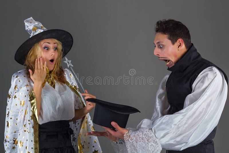 Magika mężczyzna trzyma kapelusz z niespodzianką zdjęcie stock