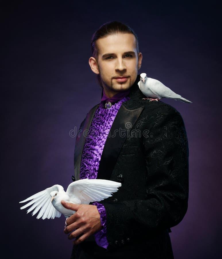 Magika mężczyzna w scena kostiumu zdjęcie stock
