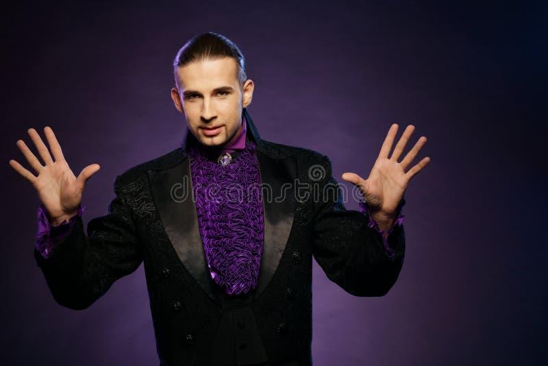 Magika mężczyzna w scena kostiumu fotografia royalty free