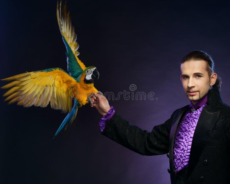 Magika mężczyzna w scena kostiumu zdjęcie royalty free