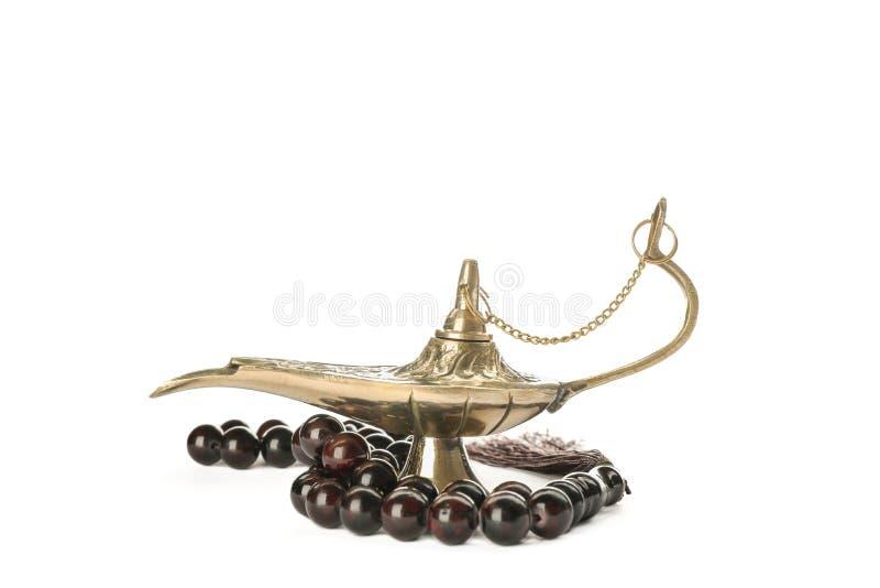 Magisch Aladdin Lamp met geïsoleerd gebedparels stock fotografie