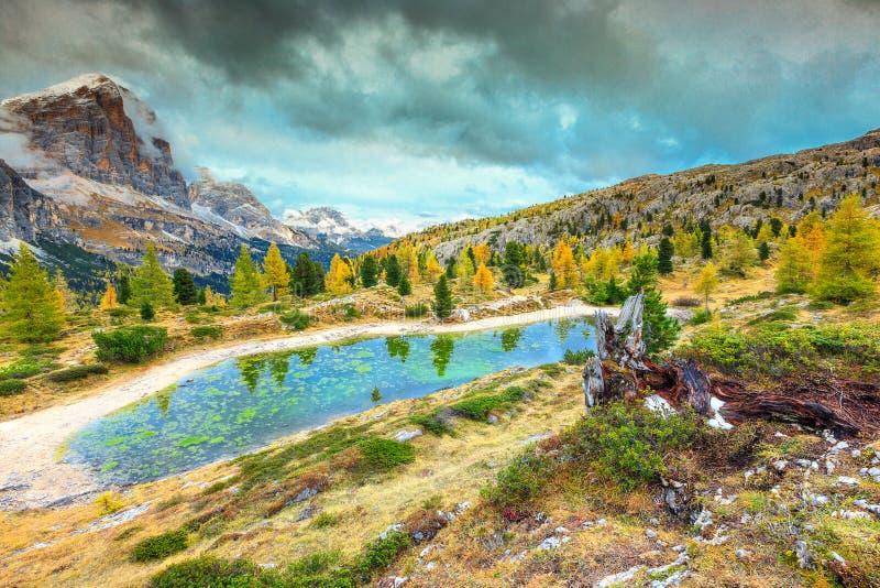 Magisch alpien meer met hoge pieken op achtergrond, Dolomiet, Italië royalty-vrije stock afbeelding