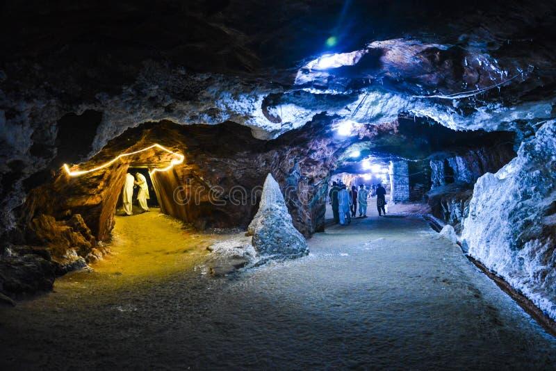 Magisch blauw licht binnen Khewra-zoutmijn stock afbeeldingen