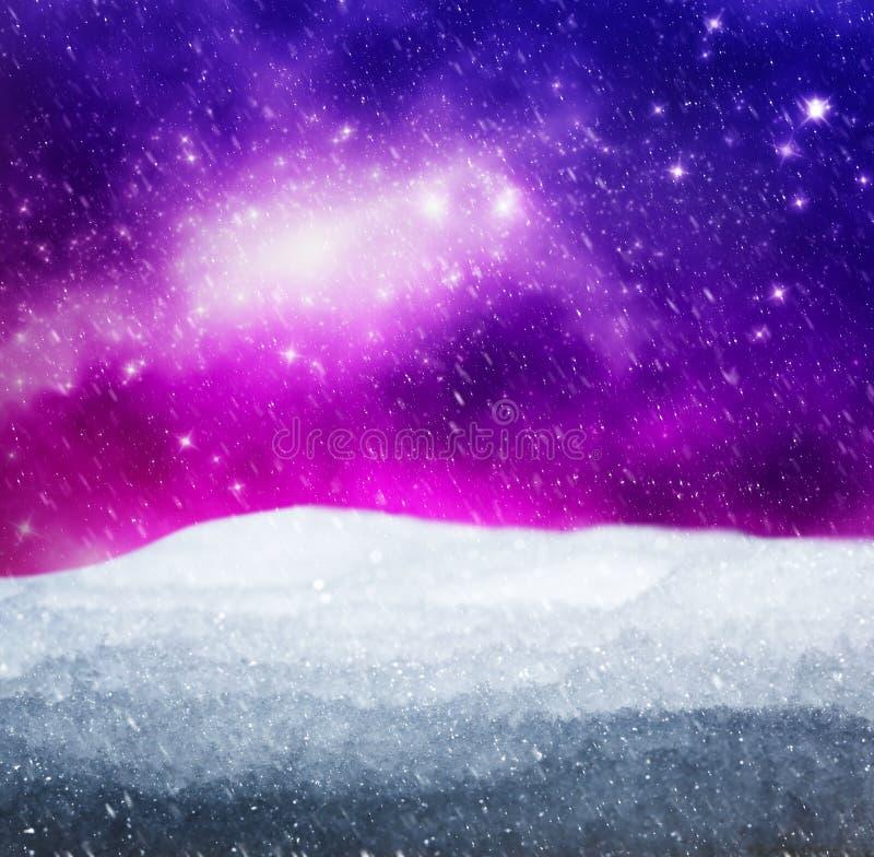Magisch de winterlandschap Sneeuw, hemel met gloeiende sterren stock foto's