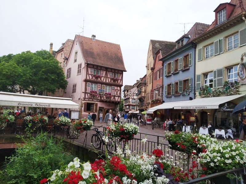 Magisch en behandeld met bloemen Colmar, de Elzas, Frankrijk stock foto