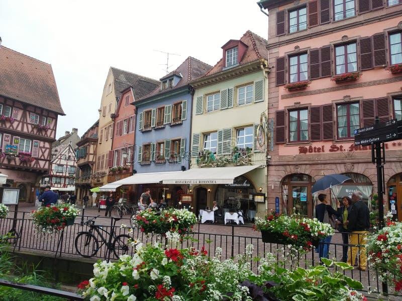 Magisch en behandeld met bloemen Colmar, de Elzas, Frankrijk stock afbeelding