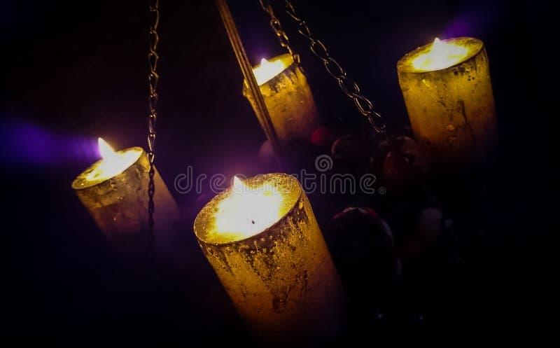 Magisch kaarslicht op kettingen stock afbeeldingen