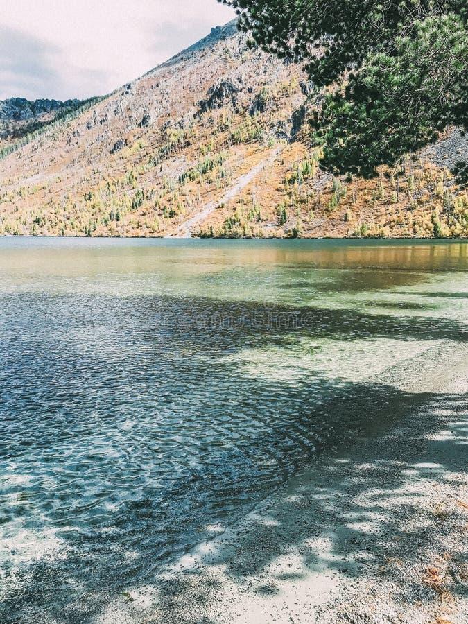 Magisch meer Mutlinskoe in de Altai-bergen Rusland September 2018 stock foto