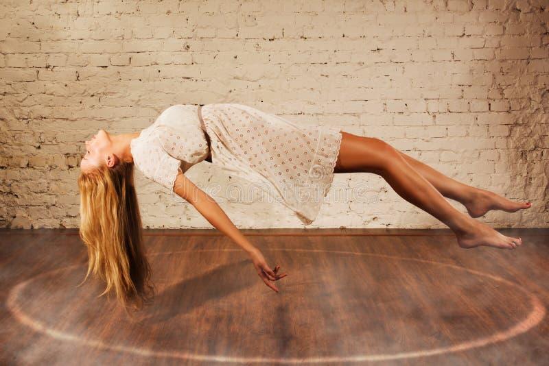 Magisch ogenblik - het meisje levitatie ondergaat stock afbeeldingen