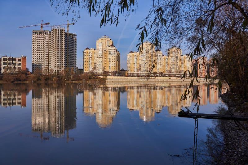 Magische Ansicht zum Westen von Krasnodar vom Kuban-Fluss im Winter an den glücklichen Stunden Neue Wolkenkratzer und klares blau stockbild