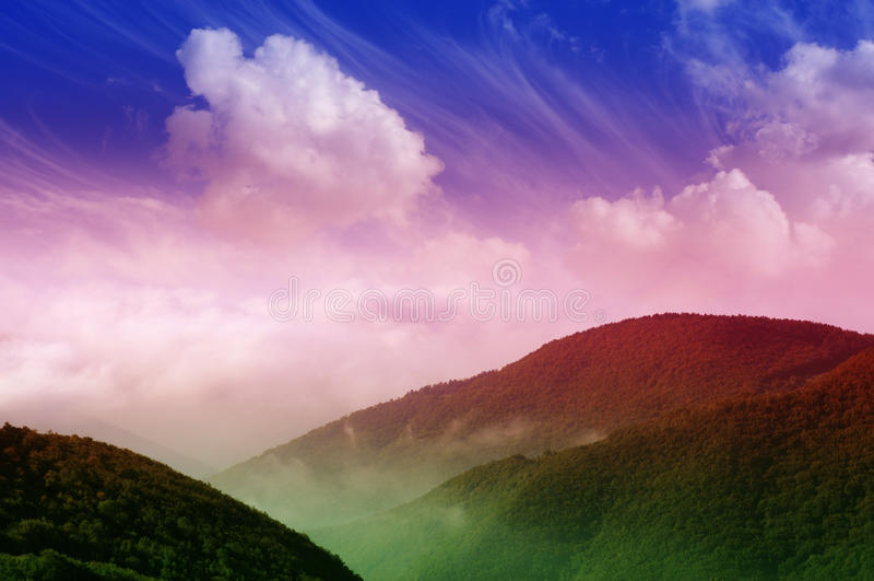 Magische Berglandschaft lizenzfreies stockbild