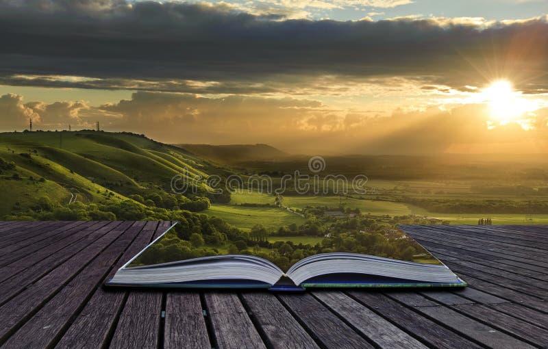 Magische boekinhoud die in landschap morsen stock fotografie
