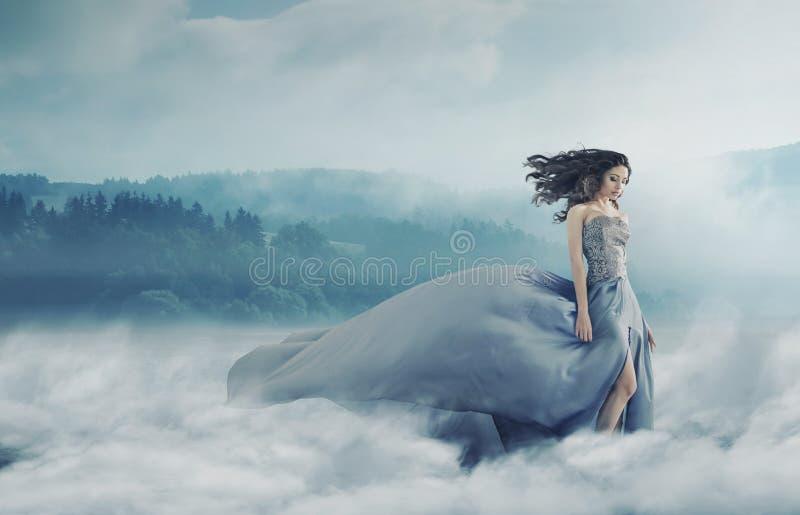 Magische Brunettedame auf einem nebeligen Feld lizenzfreies stockfoto