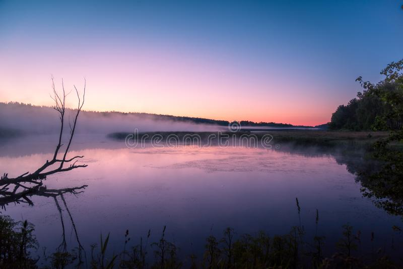 Magische dageraad over het meer royalty-vrije stock foto's