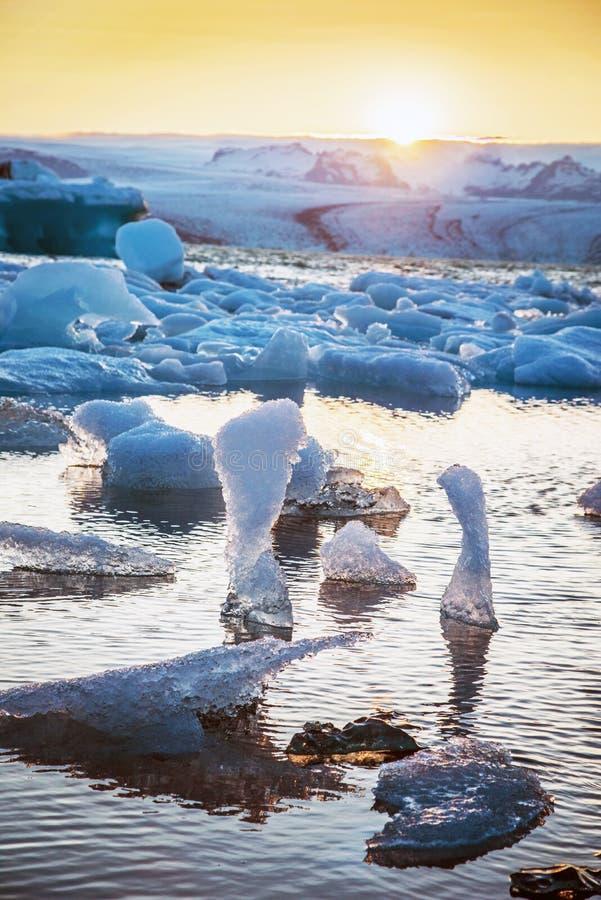 Magische drastische schöne faszinierende Landschaft mit Eiszahlen in der Gletscherlagune Jokulsarlon Island Exotische Länder ?ber lizenzfreie stockbilder