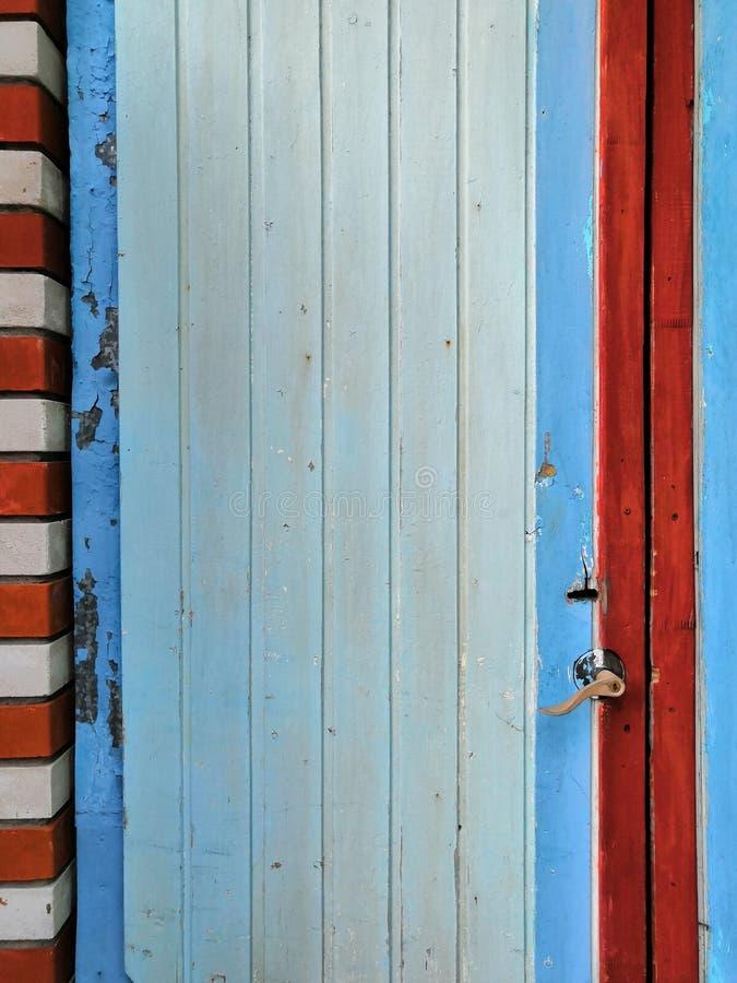 Magische Farbalte blaue rote weiße Schmutz-Tür mit Schloss lizenzfreie stockfotos