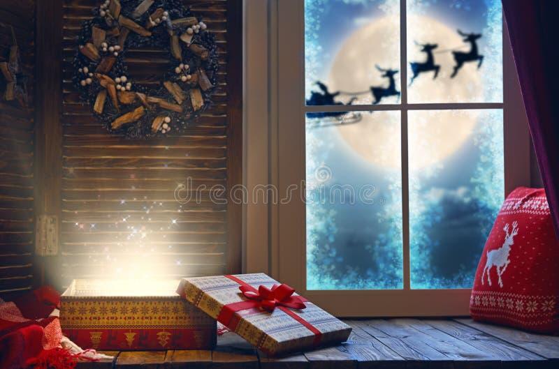 Magische Geschenkbox auf der Schwelle lizenzfreie stockfotografie
