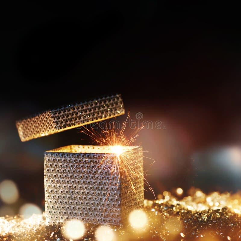 Magische Geschenkbox für eine Weihnachtsüberraschung lizenzfreie stockfotos