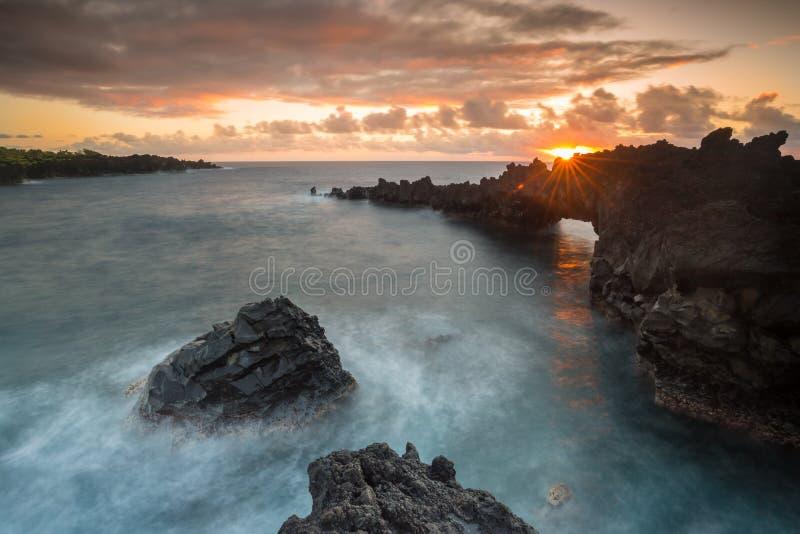 Magische Hawaiiaanse zonsopgang op de kust van Hana op het Eiland Maui stock foto