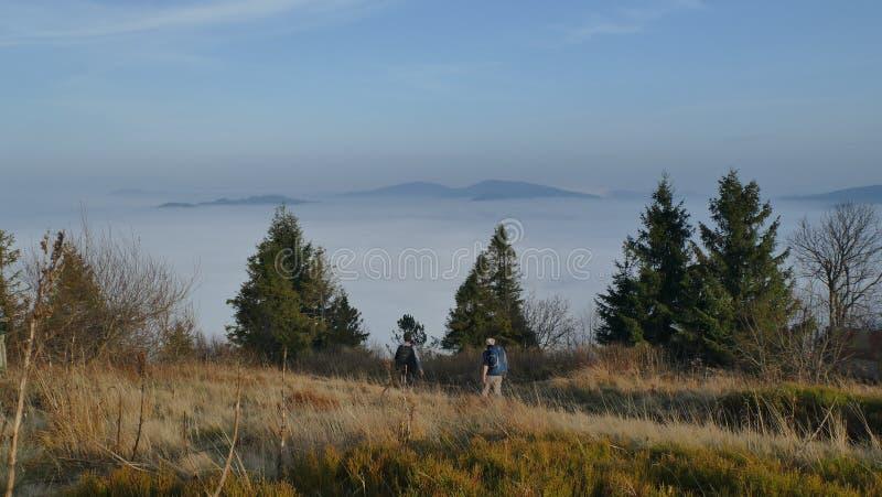 Magische inversie van wolken in de bergen, met mensen stock foto's