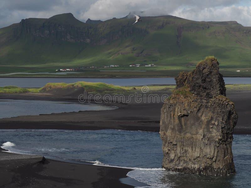 Magische Island-Landschaft mit schwarzem Lavasand und -GRÜN fraß Hügel ab lizenzfreie stockfotos