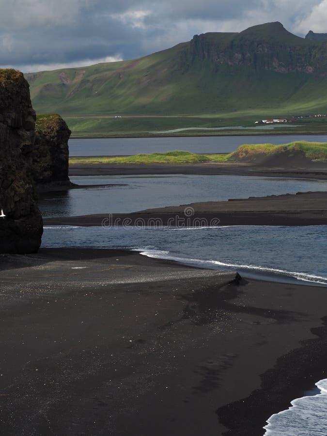 Magische Island-Landschaft mit schwarzem Lavasand und -GRÜN fraß Hügel ab stockfoto