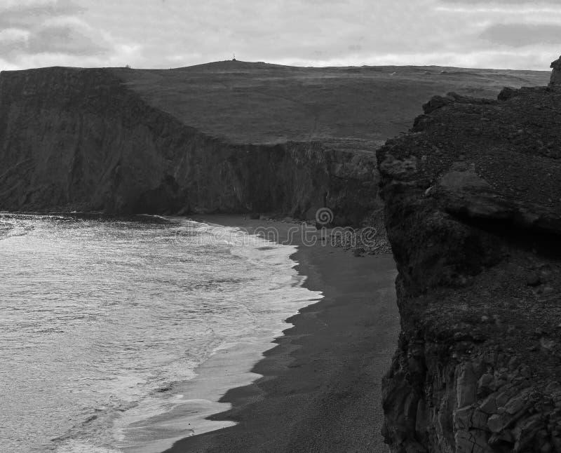 Magische Island-Schwarzweiss-Landschaft mit dem Lavasandstrand stockfoto