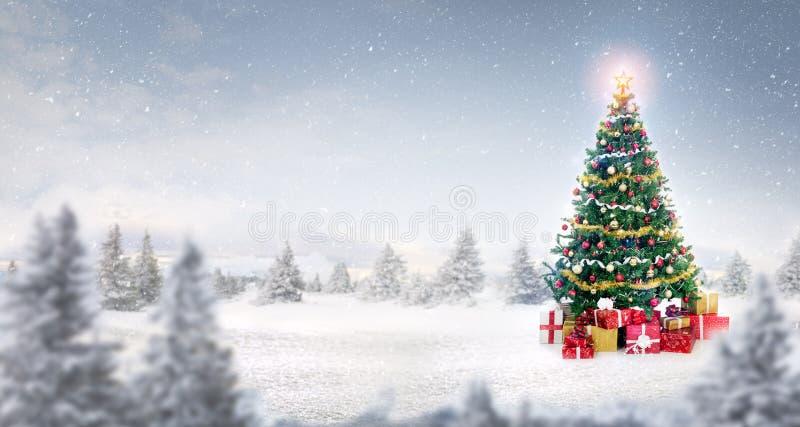 Magische Kerstboom in sneeuw openlucht royalty-vrije stock foto's