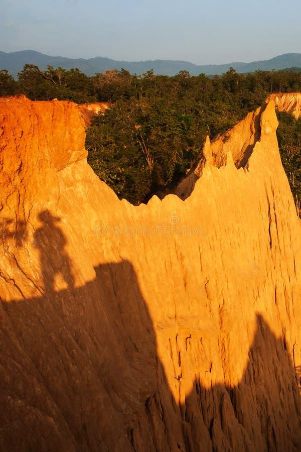 Magische Landschaft des steil orange Sandsteins im Urwald stockfotografie